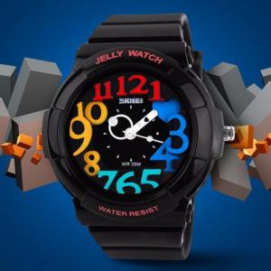 Часы с разноцветными цифрами черные