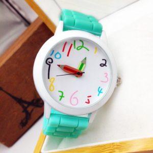 Часы с стрелками-карандашами и зеленым браслетом