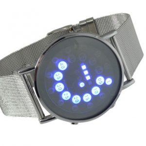 Часы с синей подсветкой часов и минут